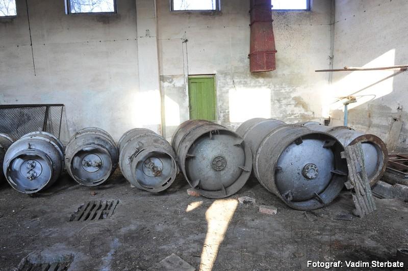 """La stația din Țekinovka, raionul Iampol, regiunea Vinița, sunt șapte rezervoare cu clor lichefiat, pentru prelucrarea apelor reziduale. """"Clorul este periculos pentru atmosferă, populația trebuie să o întindă de pe acolo"""", dă alarma Dumitru Osipov funcționar al Inspectoratului pentru Protecția Mediului din Moldova"""