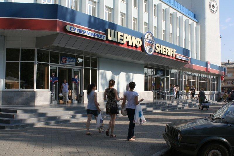 Magazinul Sheriff, în stânga Nistrului